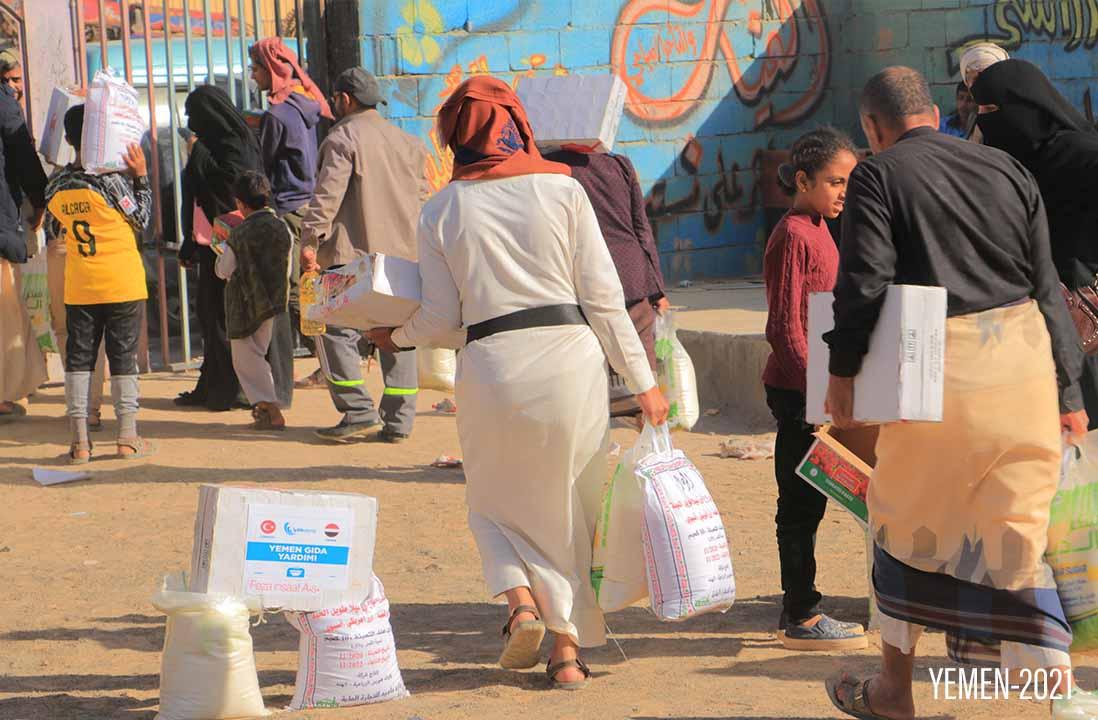 Yemende erzak yardımını alan ihtiyaç sahipleri